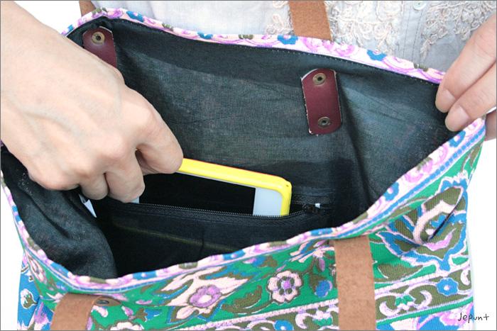 バッグの内側には、スマホが横に入る大きさのポケットがあります