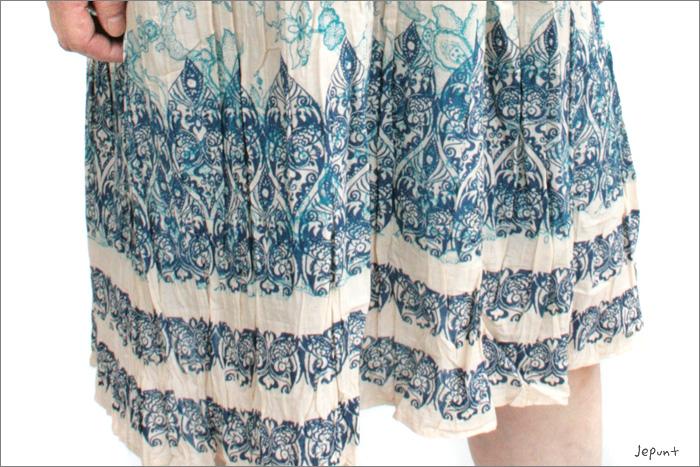 スカート裾の模様はエスニック感たっぷり