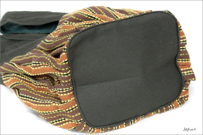バッグ底のマチは約18cmと広めです