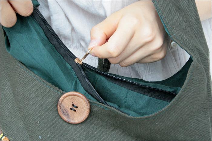 バッグの裏は無地です