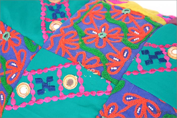 インドで古くから使用されてきた古布(こふ)による商品のため、染み、色あせ、擦れ等があります。