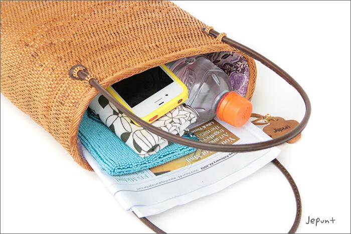 財布、ハンカチ、スマホや、500mlのペットボトルが縦に入ります