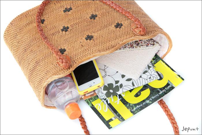 お財布、ハンカチ、スマホ等、必需品がきっちり入ります