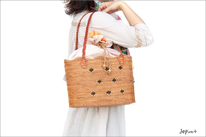 手提げバッグとして、肩掛けバッグとして、兼用でお使いいただけます