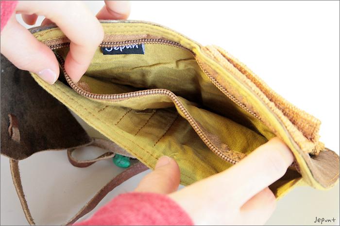 お札ポケットの横に広めのファスナーポケットがあります