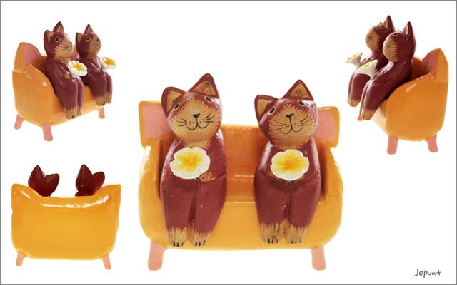 エスニック雑貨■お花を持ってベンチにおすわり ペアアニマルの木製置物(ネコ)